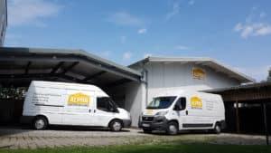 Zwei Transporter auf Firmengelände